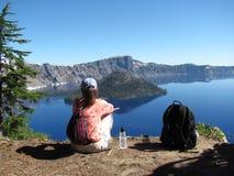 Het genieten van de van mening bij het Nationale Park van het Kratermeer royalty-vrije stock fotografie