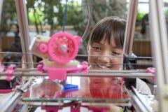 Het genieten van de van 3D printer Stock Foto's