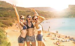 Het genieten van de van tijd bij het strand stock foto