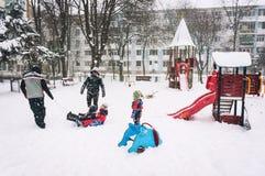 Het genieten van de van winter in park Stock Afbeelding