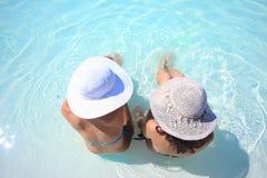Het genieten van de van zon in een zwembad Stock Foto