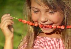 Het genieten van de zomer van fruit stock fotografie