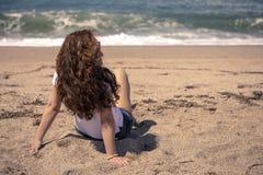 Het genieten van de van zon op het strand stock foto's