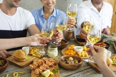 Het genieten van van diner met vrienden royalty-vrije stock afbeeldingen