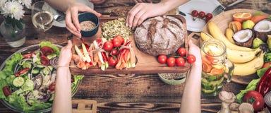 Het genieten van van diner met vrienden Hoogste mening van groep mensen die diner hebben samen stock afbeelding