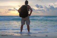 Het genieten van een van Caraïbische zonsopgang Stock Foto's