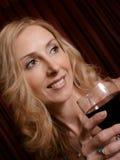 Het genieten van een van glas van rood royalty-vrije stock foto's