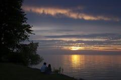 Het genieten van een van Zonsondergang van Meerontario Royalty-vrije Stock Foto