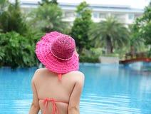 het genieten van een van zwembad Stock Afbeeldingen