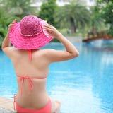 het genieten van een van zwembad Royalty-vrije Stock Foto's
