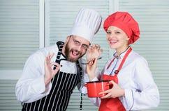 Het genieten van van gelukkige ogenblikken paar in liefde met perfect voedsel Familie het koken in keuken Geheim ingredi?nt door  stock fotografie