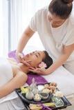Het genieten van gezichts van massage royalty-vrije stock fotografie