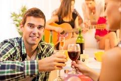 Het genieten van in Goed Bedrijf met Goede Wijn Stock Fotografie