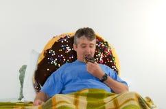 Het genieten van het van comfortvoedsel donuts Stock Afbeeldingen