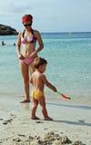 Het genieten van het van strand Stock Foto's