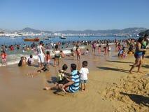 Het genieten van het van Strand in Acapulco Mexico Royalty-vrije Stock Afbeeldingen