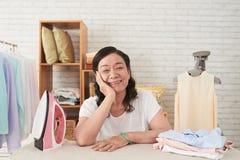 Het genieten van van huishoudelijk werk stock foto's