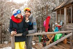 Het genieten van in het mooie paar van de de winterdag bij bergplattelandshuisje Royalty-vrije Stock Foto