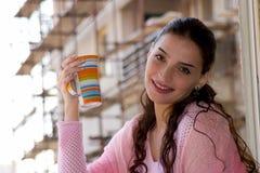 Het genieten van in ogenblik met koffie stock foto