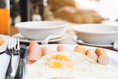 Het genieten van van Ontbijt dichtbij tropisch overzees de zomerconcept royalty-vrije stock afbeelding