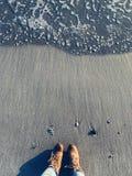 Het genieten van het van strand in de winter stock fotografie