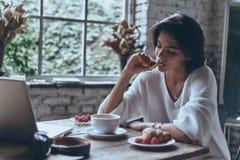Het genieten van van aardig ontbijt stock foto