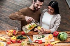 Het genieten van van gezonde voedsel en dranken royalty-vrije stock fotografie