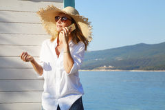 Het genieten van van Haar Tijd op het Strand stock fotografie