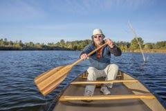 Het genieten van van kano die op meer paddelen Royalty-vrije Stock Fotografie