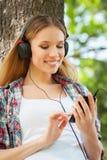 Het genieten van van muziek en verse lucht. Stock Foto's
