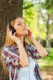 Het genieten van van muziek en verse lucht. Stock Afbeeldingen