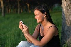 Het genieten van van muziek in het park Royalty-vrije Stock Fotografie