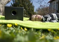 Het genieten van van muziek van draadloze en draagbare sprekers Stock Foto's