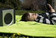 Het genieten van van muziek van draadloze en draagbare sprekers Stock Afbeeldingen