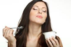 Het genieten van van smaak van yoghurt Stock Afbeeldingen