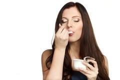 Het genieten van van smaak van yoghurt Stock Foto