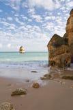 Het genieten van van vakantie met prachtig gezicht op verborgen geheim deel van het strand van Camilo stock foto's
