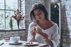 Het genieten van van vers croissant royalty-vrije stock foto's