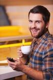 Het genieten van van verse gemaakte koffie Stock Foto