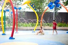 Het genieten van van waterpark op een hete dag Stock Foto