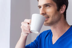 Het genieten van van zijn ochtendkoffie Royalty-vrije Stock Afbeeldingen