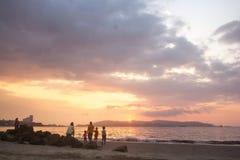 Het genieten van van zonsondergang Stock Afbeeldingen