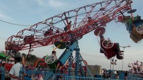 het genieten van van wiel in lokaal themapark stock videobeelden