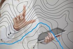 Het geografische concept van informatiesystemen, vrouwenwetenschapper die met futuristische GIS-interface aan het transparant sch stock afbeeldingen
