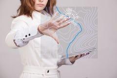 Het geografische concept van informatiesystemen, vrouwenwetenschapper die met futuristische GIS-interface aan het transparant sch Royalty-vrije Stock Afbeelding