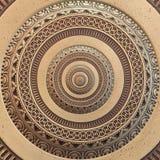 Het geometrische abstracte ornament van het bronskoper om fractal patroonachtergrond Het patrooneffect van de metaalcirkel achter Stock Fotografie