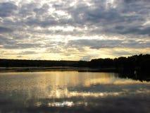 Het gepacificeerde gelijk makende landschap van het meer Stock Foto