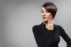 Het geraffineerde slanke model in elegant stelt Royalty-vrije Stock Afbeeldingen