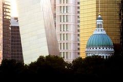 Het gerechtsgebouw en de boog van St.Louis stock fotografie