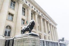 Het Gerechtsgebouw in Sofia, Bulgarije omvat met sneeuw stock afbeelding